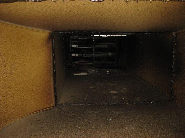 厨房排気系統ダクト内部清掃前_R